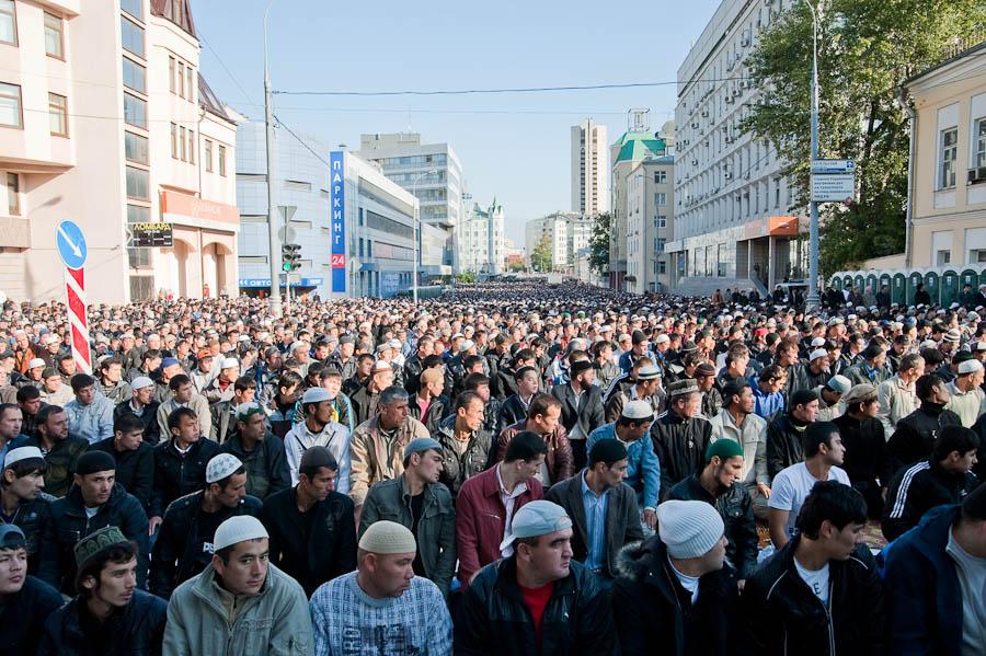 gastarbeiters_032_Uraza-bairam_20100909_31_Moscow_Sobornaya_mechet_ph_Mukhamedov_Sergey_LJ_ottenki-serogo
