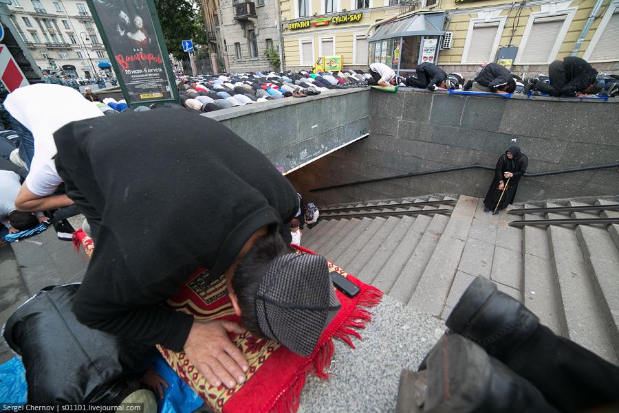 gastarbeiters_muslims_2012_08_19_Uraza-bairam_Peterburg_03_Sergei_Chernov_s01101_LJ