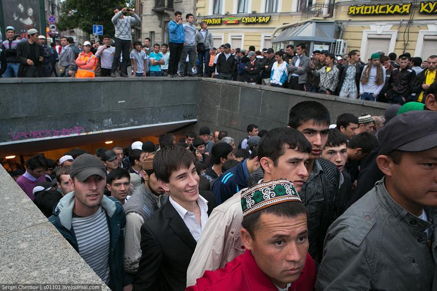 gastarbeiters_muslims_2012_08_19_Uraza-bairam_Peterburg_02_Sergei_Chernov_s01101_LJ