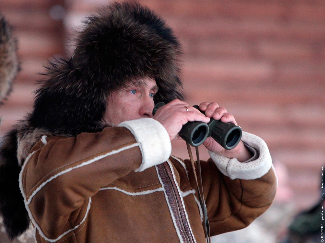 Putin_2010_03_06_Khakassia_03_binocular_Reuters_Alexey_Druzhinin
