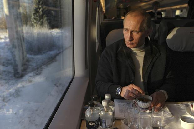 Putin_train_Sapsan_tea_drinking_winter_snow_in_window