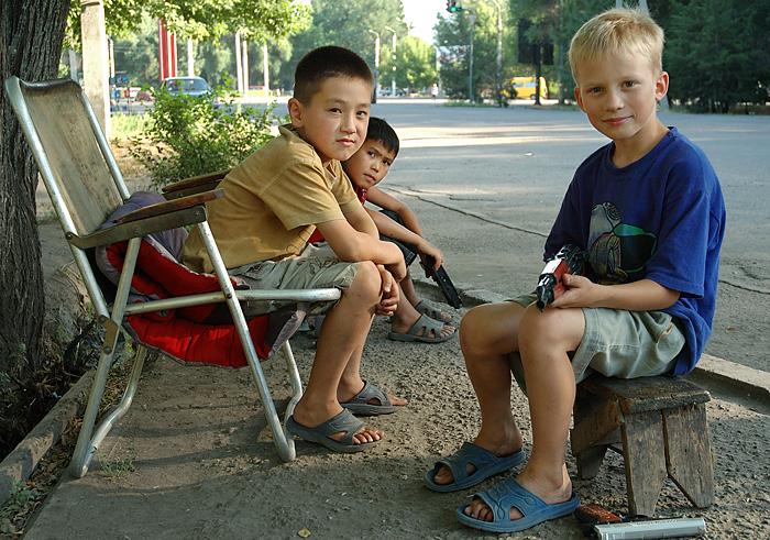 Danfung Dennis-2005June26-Bishkek-kids-Mahatma-Gandhi-street