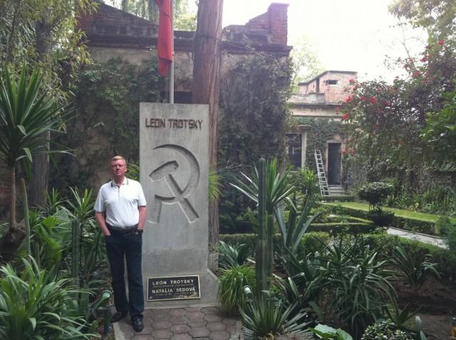 Chubais_Anatoliy_Borisovich_2010_11_09_Trotskiy_grave_Mexico_LJ_a-chubais
