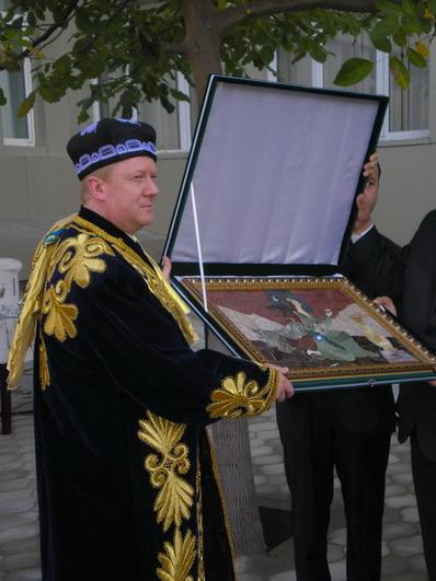 Chubais_Anatoliy_Borisovich_Uzbek_tyubeteika_khalat_kartina_maslom