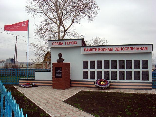 NNovgorod_Krasnooktyabrski_rayon_2013_Aug_Semyonovka_VOV_heroe_flag