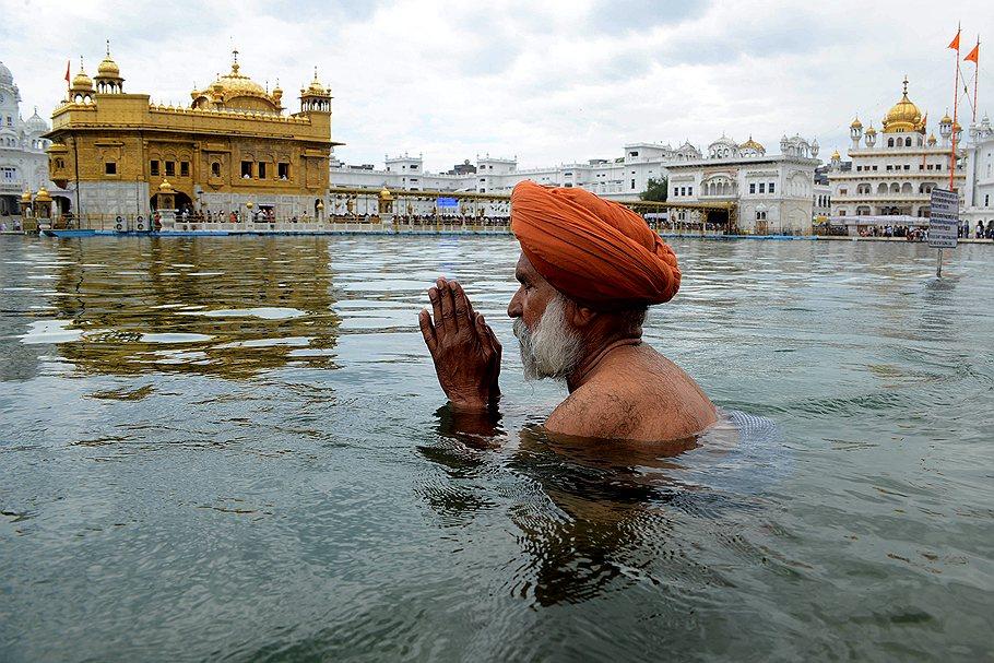sikh_Amritsar_Golden_Temple_2013_03_31_in_Amrita_Saras_water_sikh_praying_before_Hola_Mohallah