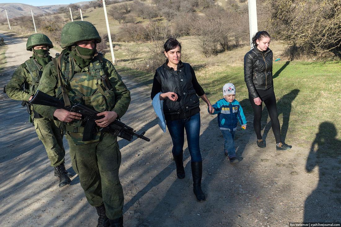 Euromaidan_2014_03_03_Ilya_Varlamov_LJ_zyalt_Perevalnoe_09_Perevalnoe_women_Ukrainian_military