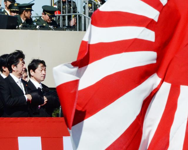 Abe_Shinzo_2013_10_27_inspects_Ground_Self-Defense_Force_Asaka_AFP