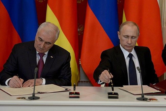 Putin_2015_03_18_Dogovor_o_soyuznichestve_06_Tibilov_Leonid_AP_RF
