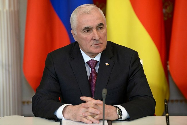 Putin_2015_03_18_Dogovor_o_soyuznichestve_04_Tibilov_Leonid_AP_RF