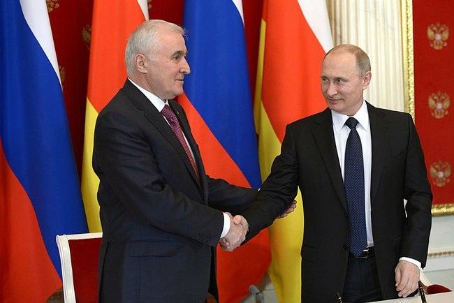 Putin_2015_03_18_Dogovor_o_soyuznichestve_07_Tibilov_Leonid_AP_RF