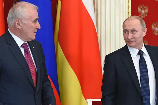 Putin_2015_03_18_Dogovor_o_soyuznichestve_08_Tibilov_Leonid_Kommersant_Dmitriy_Azarov