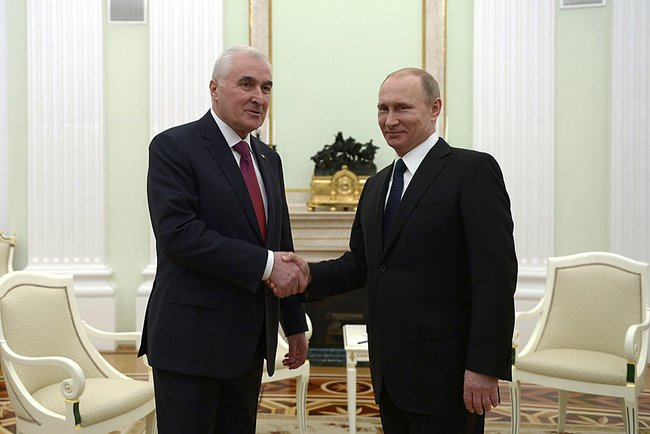 Putin_2015_03_18_Dogovor_o_soyuznichestve_01_Tibilov_Leonid_AP_RF