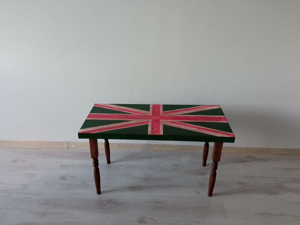 Сосед сделал столик. Забавный. Теперь стоит в гостиной.