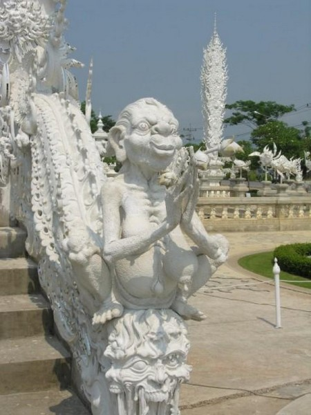 wonderful-purely-white-temple-in-thailand02