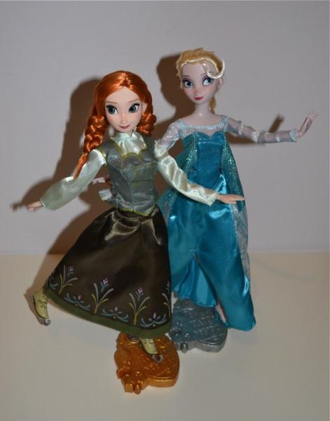 1-Anna-Elsa-Skating33