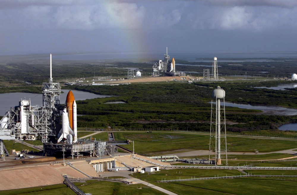 Space_shuttles_Atlantis_(STS-125)_and_Endeavour_(STS-400)_on_launch_pads