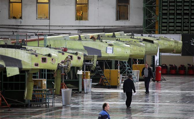 На фото: в цехе сборки истребителя МиГ-29К/КУБ в Российской самолетостроительной корпорации «МиГ» (Фото: Марина Лысцева/ ТАСС)