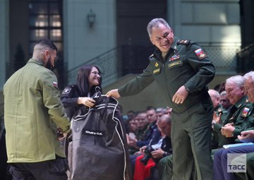 Тимати подарил министру обороны Сергею Шойгу фирменную армейскую куртку от бренда Black Star
