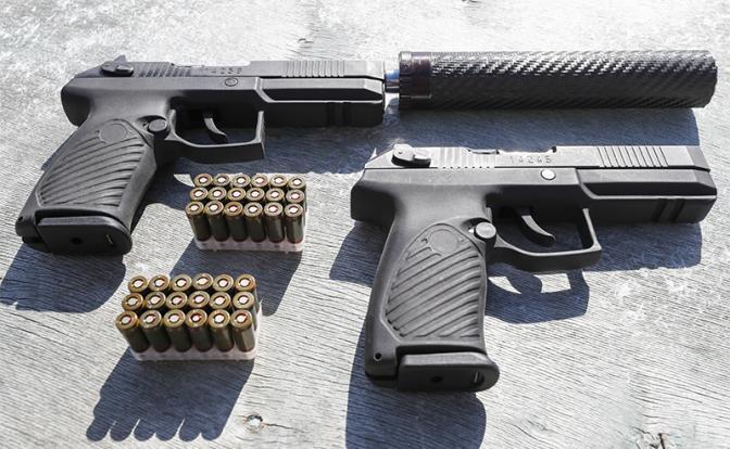 На фото: самозарядный пистолет «Удав» калибра 9 мм с курковым ударно-спусковым механизмом двойного действия и автоматической затворной задержкой (Фото: Михаил Джапаридзе/ТАСС)