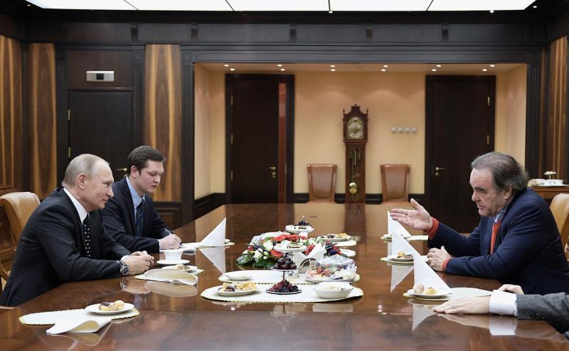 Владимир Путин (слева) и Оливер Стоун (справа) (Фото: Алексей Никольский / РИА Новости)