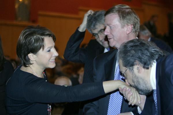 Борис Минц (справа) целует ручку дочери Ельцина Татьяне. Рядом верные учителя и соратники Чубайс и Гозман