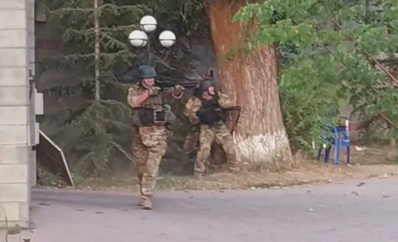 © Стоп-кадр видео Ирины Карамушкиной     Спецназ на территории дома Алмазбека Атамбаева