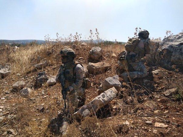 Российские спецы в Северной Хаме.Либо ССО, либо ЧВКшники. Возможно, авианаводичики, обеспечивающие подсветку целей для авиаударов ВВС Сирии и ВКС РФ.