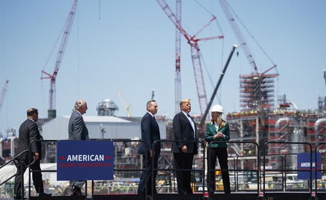 На фото: президент Дональд Трамп на экспортном терминале по сжижению природного газа (Фото: AP/TASS)