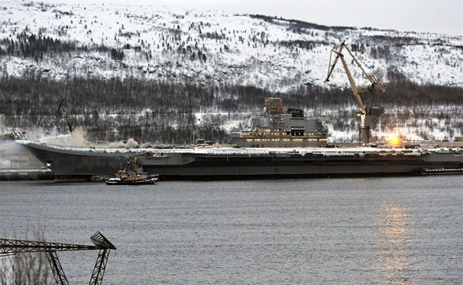 На фото: тяжелый авианесущий крейсер «Адмирал Кузнецов» Северного флота ВМФ России, на котором произошел пожар (Фото: Лев Федосеев/ТАСС)