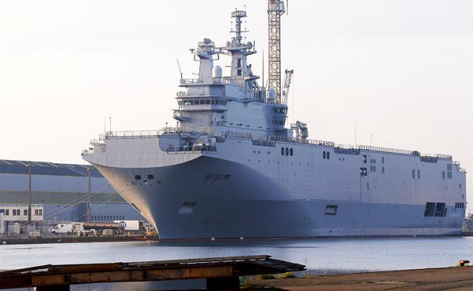 На фото: вертолетоносец «Владивосток» в порту Сен-Назер, Франция, 2014 год (Фото: AP/TASS)