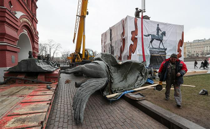 Нафото: во время установки нового памятника маршалу Георгию Жукову на Манежной площади (Фото: Гавриил Григоров/ТАСС)