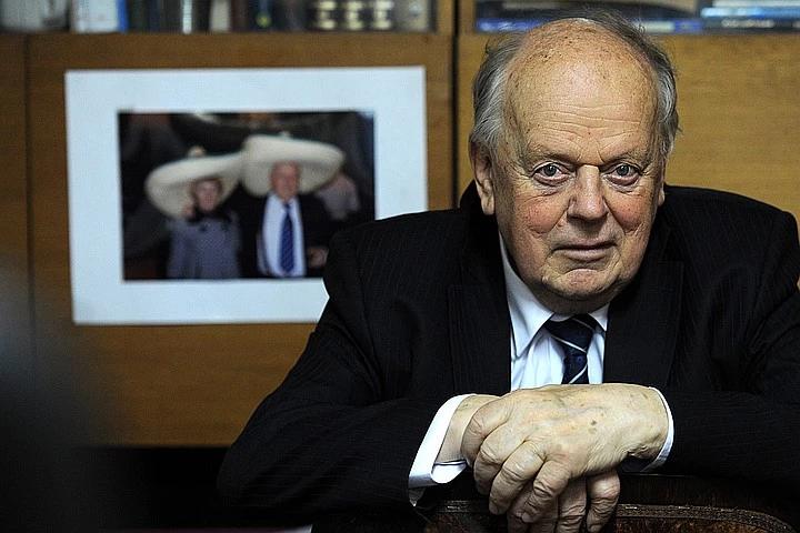 Теперь в медиапространство вывели под руки 85-летнего Станислава Шушкевича. Фото: Виктор Драчев/ТАСС