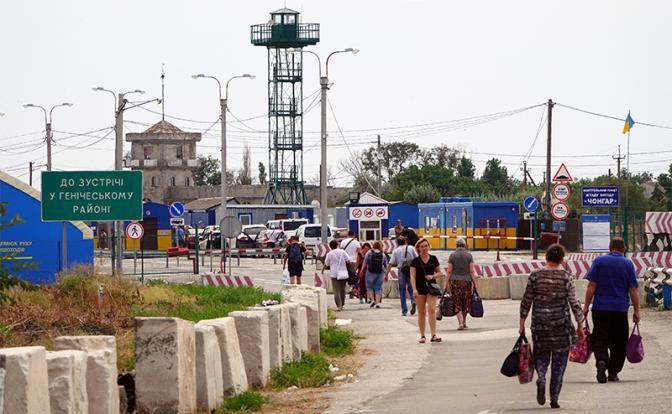 На фото: пешеходы и автомобили проезжают пограничный переход Чонгар в направлении Черноморского полуострова Крым. (Фото: Ulf Mauder/dpa/Global Look Press)