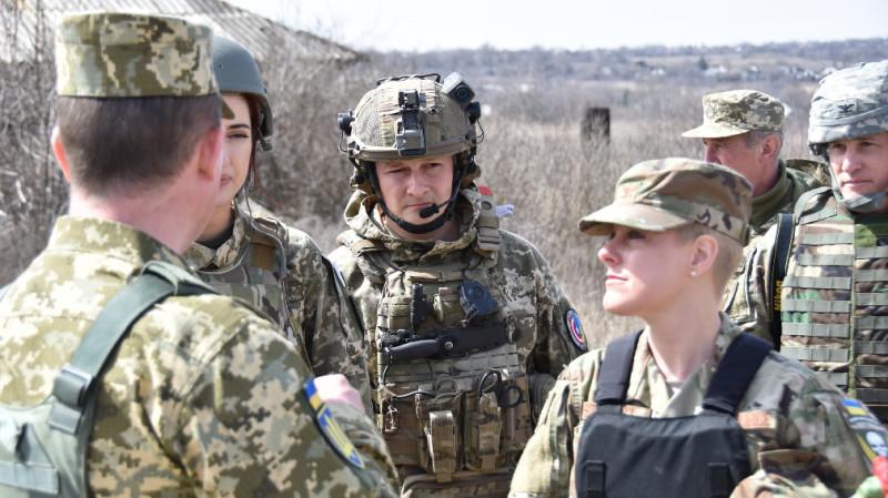 Атташе по вопросам армии и обороны полковник Бриттани Стюарт (женщина справа)