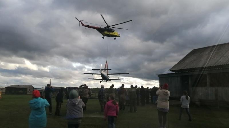 Вертолет транспортирует разбившийся недавно под Тобольском и списанный с полетов Ан-2   Фото: Лайтамак авылы / «ВКонтакте»