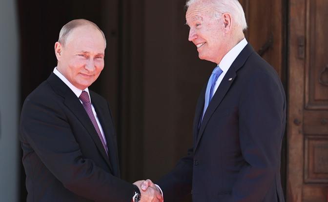 На фото: президент России Владимир Путин и президент США Джо Байден (слева направо) (Фото: Сергей Бобылев/ТАСС)