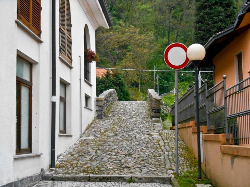 Абсолютно бесцельно иду дальше, и выхожу к каменному мосту