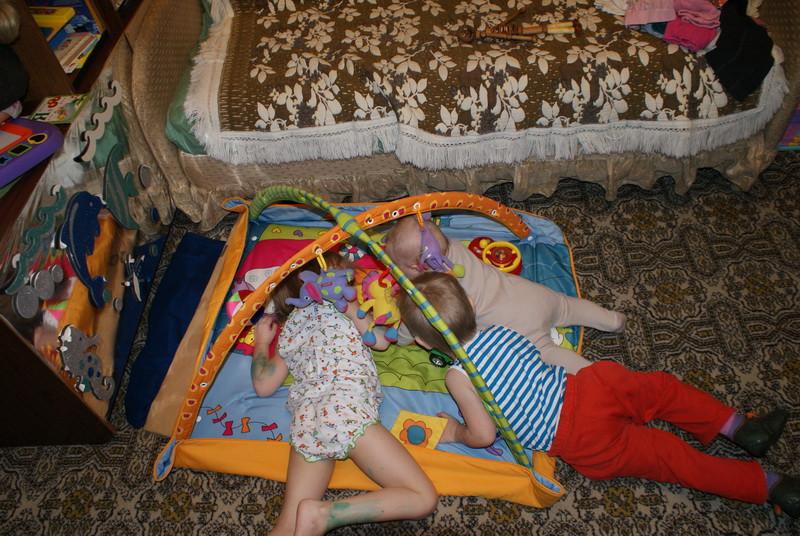 1745 дети на коврике
