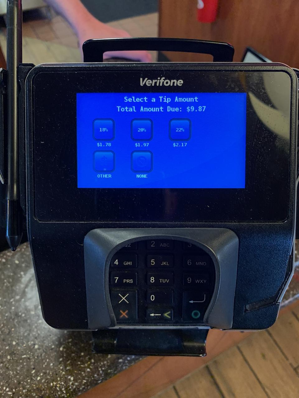 Выбор размера чаевых при оплате банковской картой