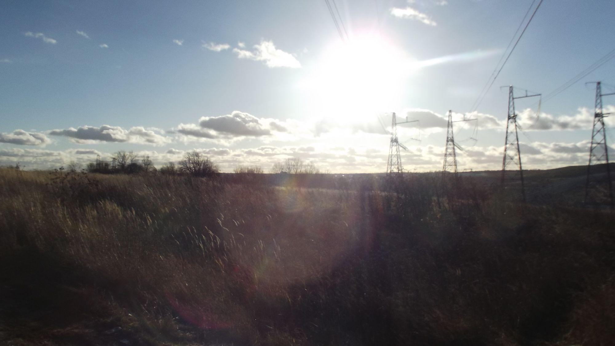 Солнце и высоковольтки на ГАЭС. Фото: SoLutova