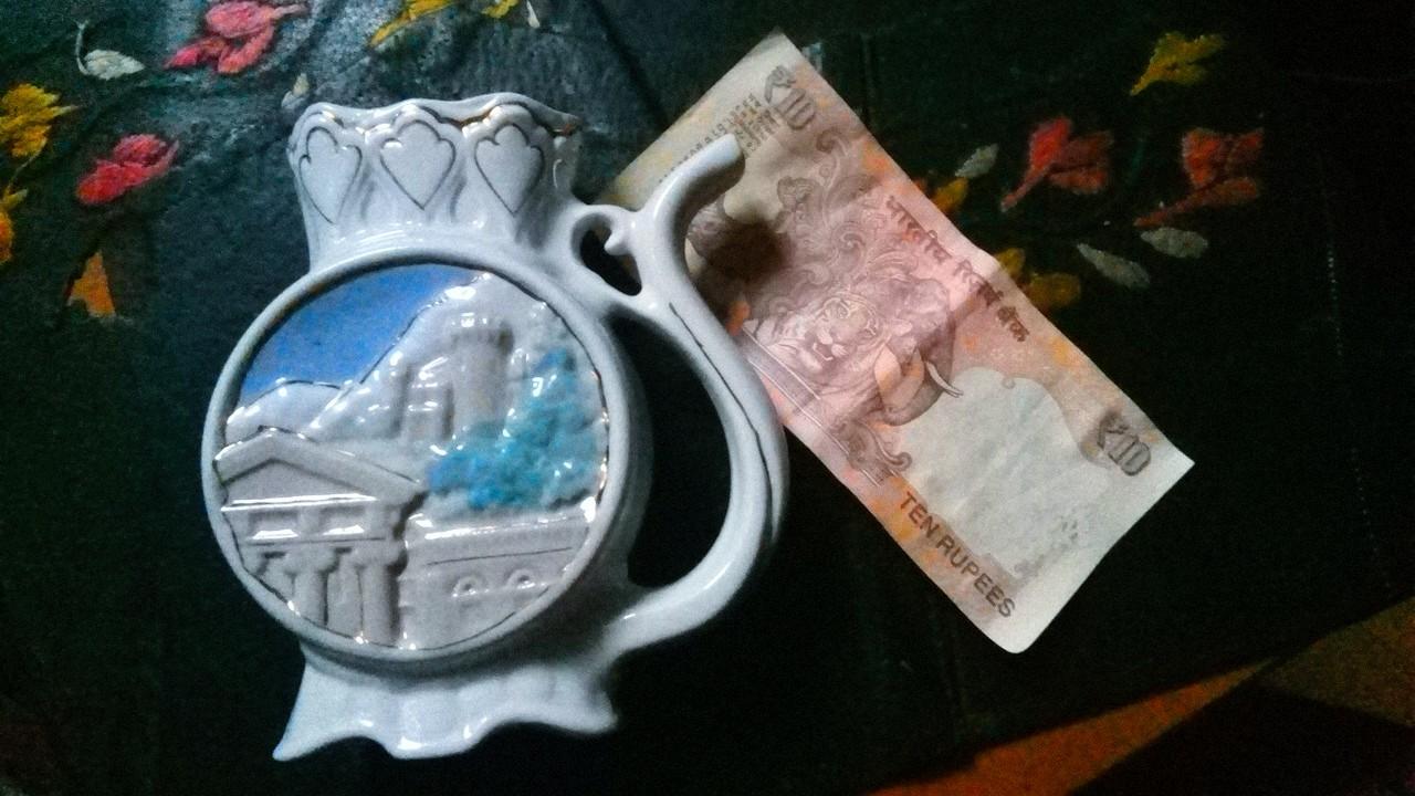 Трофей. Фарфоровая плашка ручной работы (Кизлярский фарфоровый завод) и 10 рупий. Фото: SoLutova
