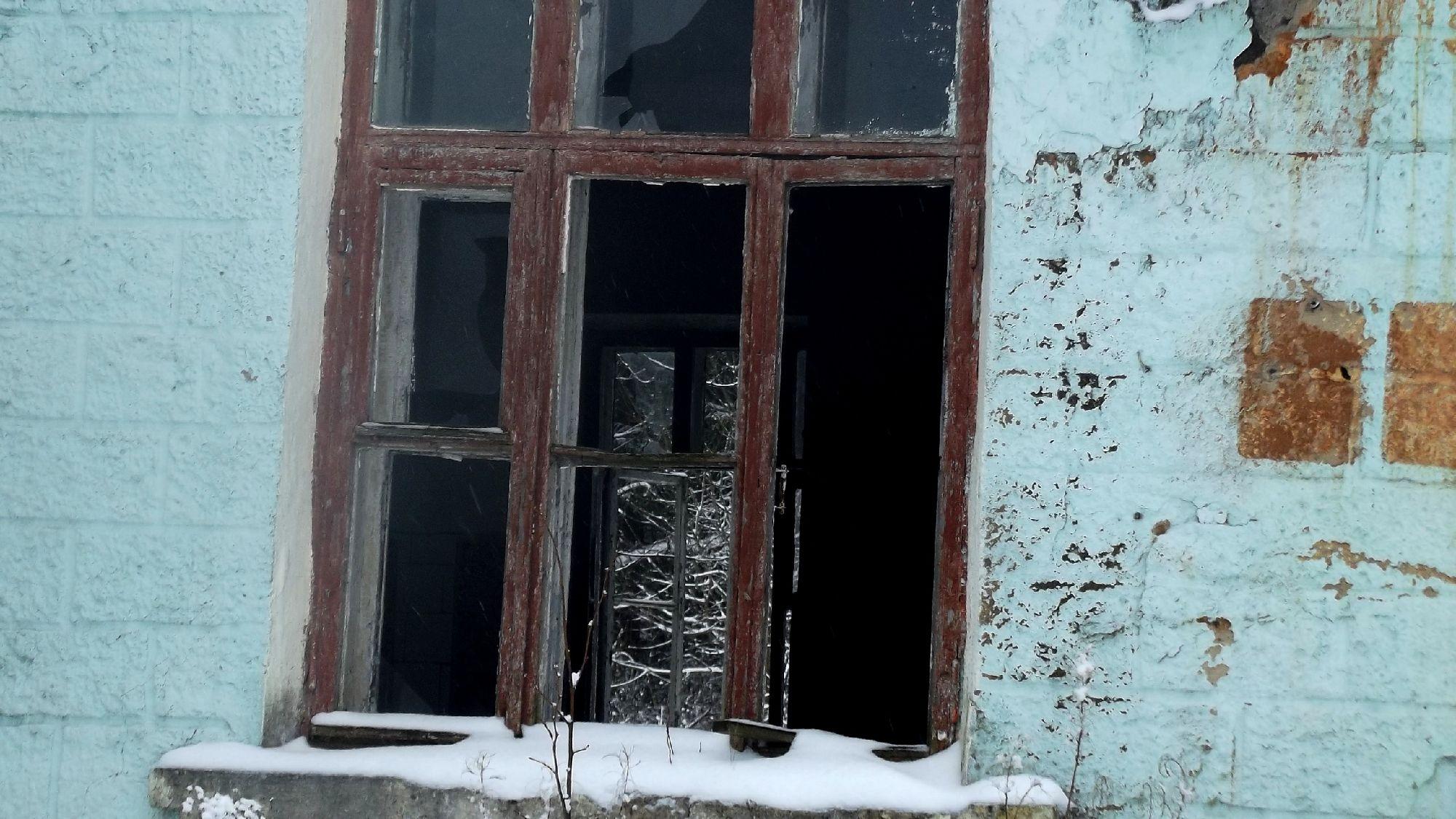 Окно в бывшей столовой.