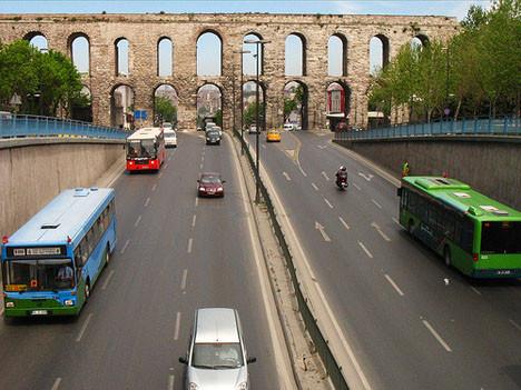 strangely-empty-road-in-istanbul