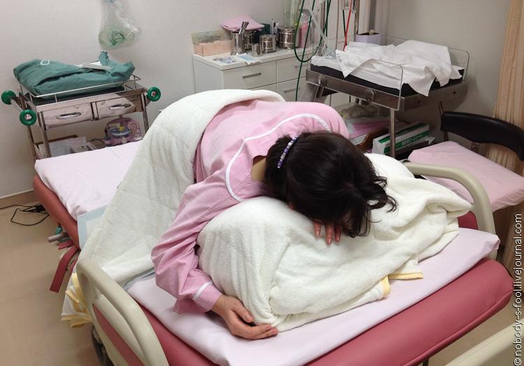 Беременной японке ставят клизму