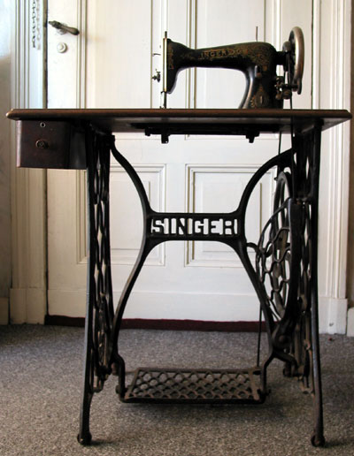 102897466_3880812_Singer_sewing_machine_table