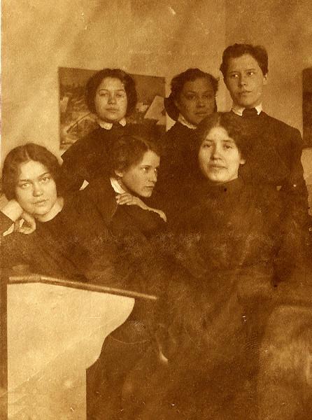 1914 г. - окончание гимназии.З.Демидова - справа