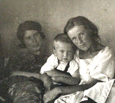 В общежитии сельскохоз.ин-та.З Демидова - слева, Петроград - 1924г.