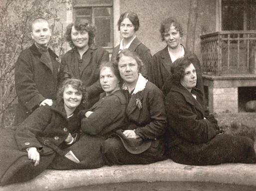 Детское село, Лицейский пер. 24мая 1924г. Зинаида Демидова - крайняя слева, переболевшая тифом