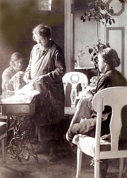 А.Вологдина в ожидании ребенка, З.Демидова - справа, 1926г.